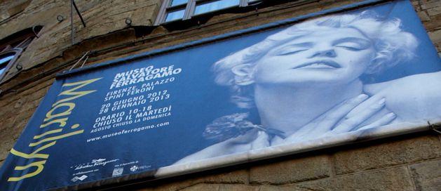 """Museo Ferragamo, Firenze: úžasná expozice originálů filmových šatů, lodiček a doplňků MM v sále, kde běží smyčka jejích nejslavnějších scén, zcela zastiňuje zbytek výstavy (chilli boty, moji druhou úchylku, ne poslední). Teprve tady vám dojde, že Božská měla v pase něco okolo 45 cm a její """"široké boky"""" maximálně 60."""