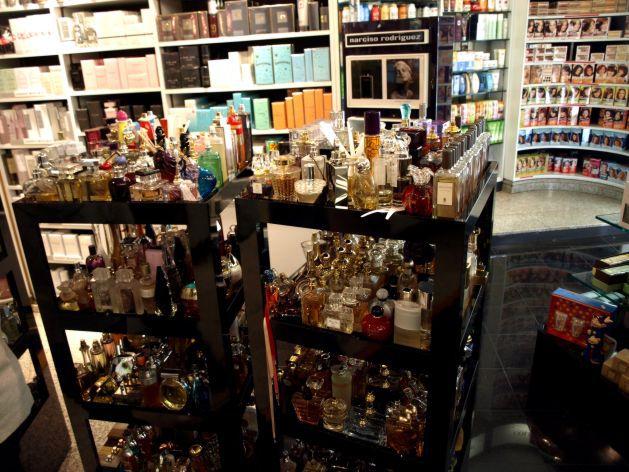 Už nevím, jaké fotky bych vám k Piguetovi dala, tak něco jiného: jak se zkouší v Itálii v parfumerce.