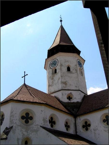 Uprostřed hradeb je vlastní gotický kostel.