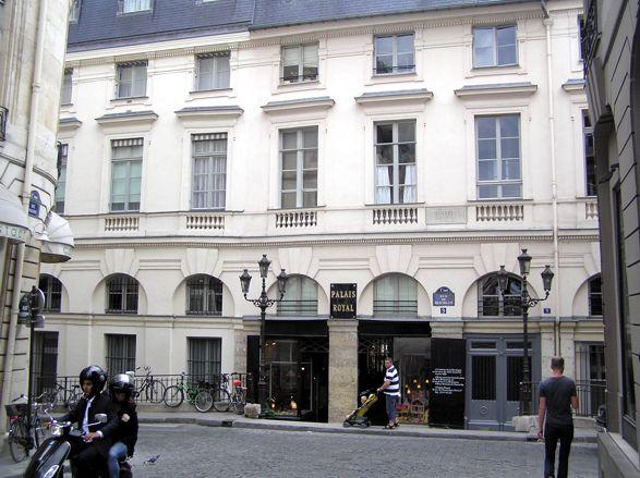 Pokud vyjdete vchodem do ulice Beaujolais (ach, jak hezký název), dostanete se k Louvru. Pokud budete chtít v centru parkovat, vyplatí se Královský palác zleva objet; v úzké ulici za ním je nějaký státní úřad a dá se tam najít parkovací místo. Do druhého nádvoří odsude vede úzký průchod a vyjdete přímo u Lutense.