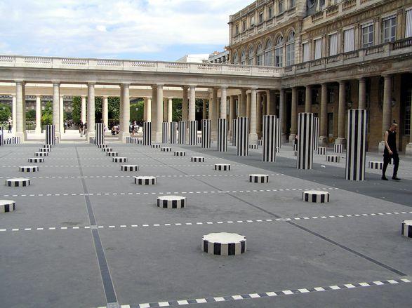 Daniel Buren v roce 1985 pokryl první nádvoří pruhovanými mramorovými sloupy, pod kterými protéká voda v betonových potůčkách. Večer jsou osvětlené fosforovým světlem. Kdysi dávno se sloupy pohybovaly do rytmu hudby při večerních spektáklech. Divadlo v Palais Royal zůstalo, ale venkovní představení se už nekonají. Možná po skončení rekonstrukce, která trvá od té doby, co do Paříže jezdíme (takže asi až tam přestaneme jezdit, jasné).