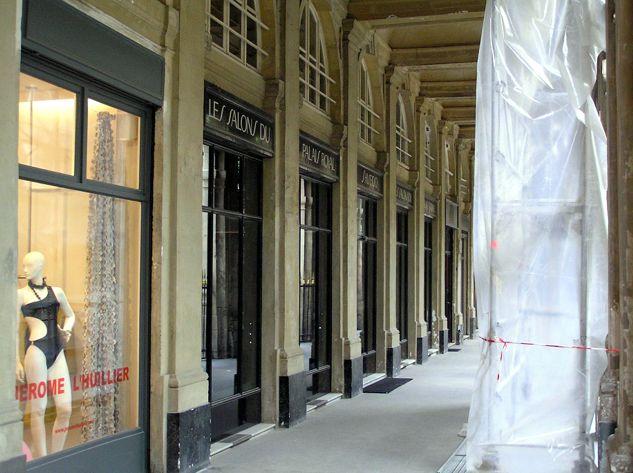 Malinký butik Serge Lutens je ukrytý v podloubí a  jmenuje se Les Salons Du Shiseido, nenechte se zmást.