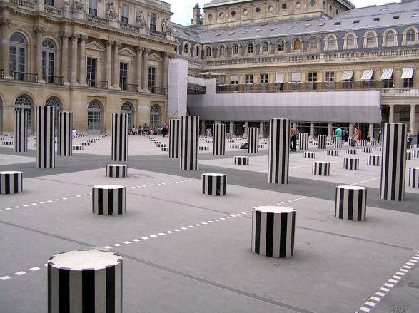 Palais Royale, Paris s plastikou Daniela Burena