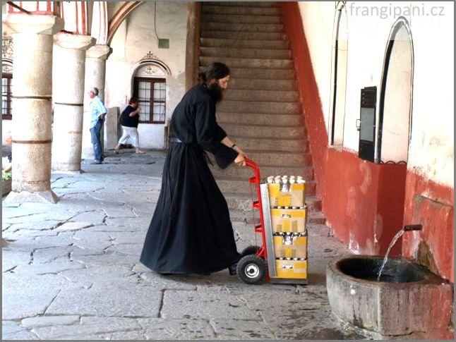 Vezeme vám nějakou svěcenku, monsignore.