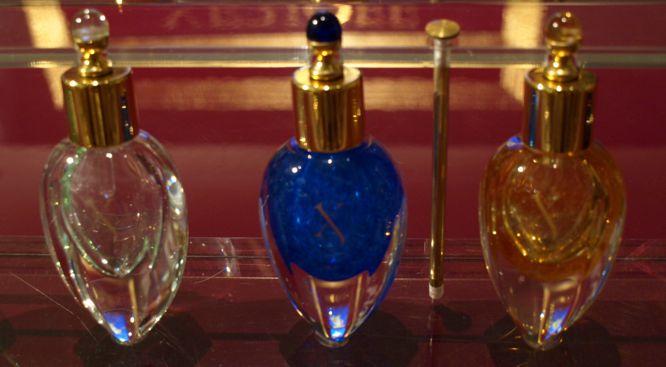 Limitovaná kolekce čistých parfémů XJ 17/17 Murano v ručně foukaných flakonech ze slavného benátského ostrova. Kousek za 550€, bez střapečku, ovšem.