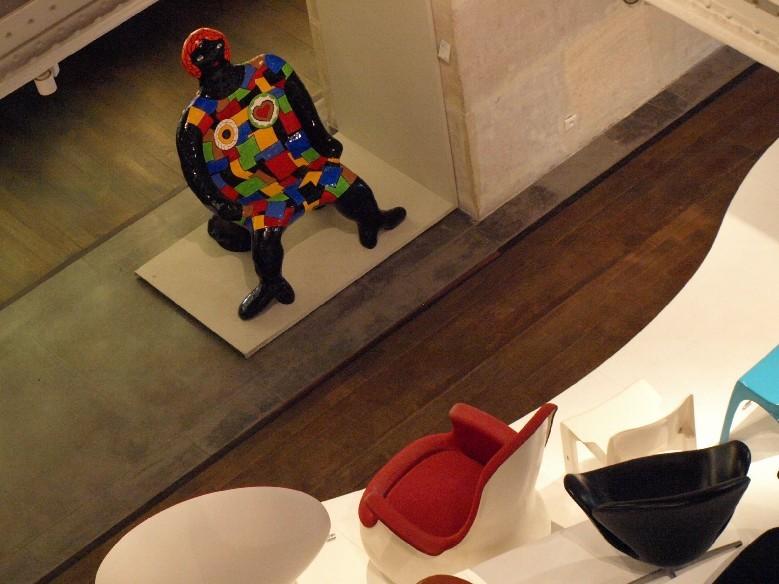 """Clarice hlídá expozici.  Židle """"Clarice"""" od Niki de Saint Phalle z roku 1981-1982."""