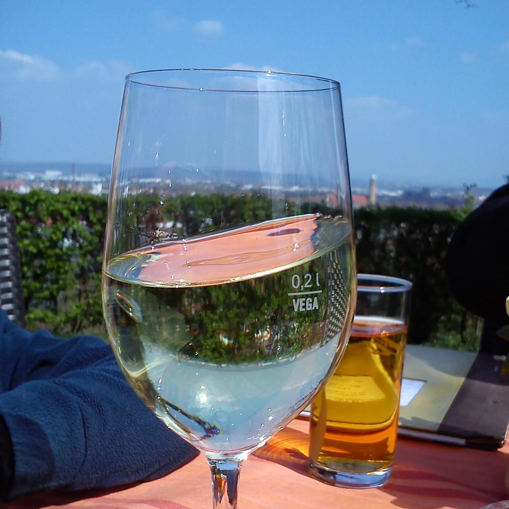 Víno ve skluzu. Vyhlídka na město je zdarma i k pouhým nápojům.