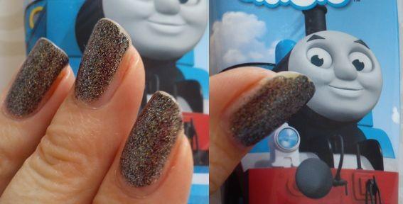 Z blízka drobné odštěpky, zdálky pěkné nehty.