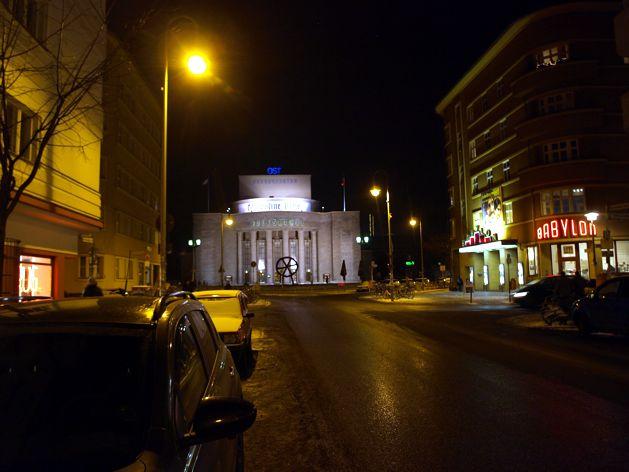 Z butiku Breathe se dojděte podívat na Lidové divadlo Volksbühne a legendární kino Babylon na Rosa-Luxemburg-Platz.
