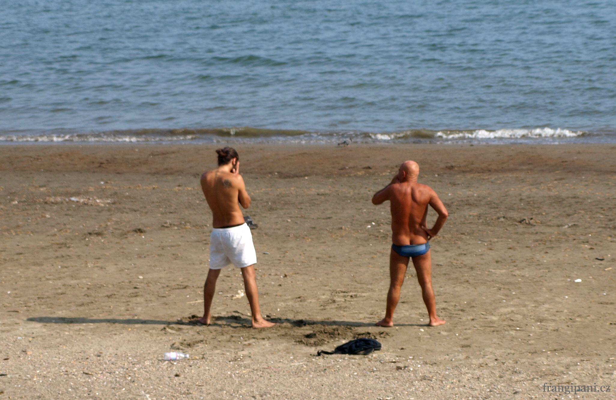 """Původně jsem fotila téma """"opálení lidé na pláži"""". Až při bližším prohlédnutí jsem zjistila, že to jsou manželé Armaniovi. Zřejmě."""