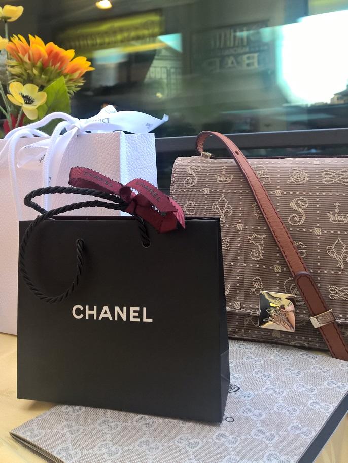 Přidávám fotku z shoppingu, kdyby náhodou si někdo nevšiml: mám novou kabelku.